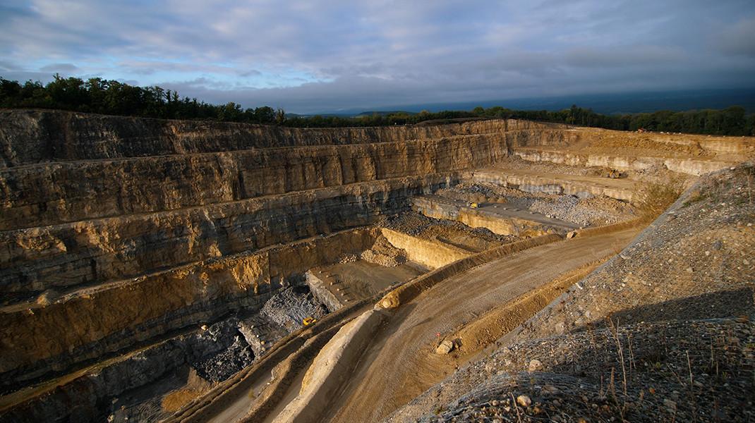 La mine qui ronge la colline. Hypnotique, apaisant et ravageur à la fois.